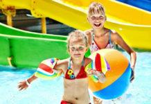 Děti dovádějí v aquaparku