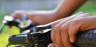 Detail rukou na řidítkách kola
