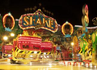 Osvětlený lunapark v noci