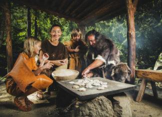 Momentka z archeologického parku Ötzi Dorf - výroba pečiva v pravěku