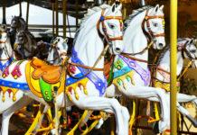 Vyřezávaní koně na starožitném kolotoči Lignano Sabbiadoro Carrousel v Lignanu