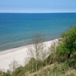 Pohled z cyklostezky na útesu dolů na pláž
