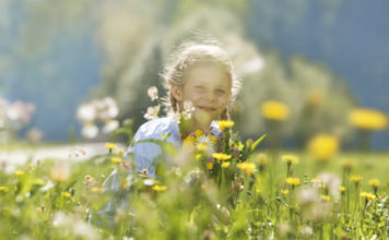Dítě na louce - údolí Ötztal
