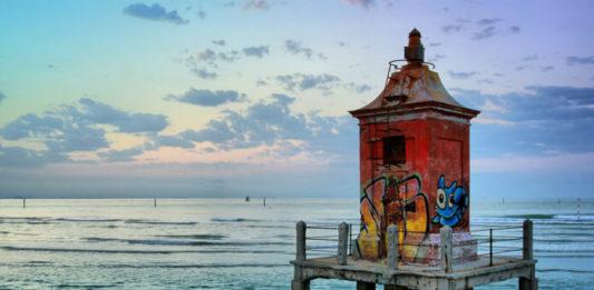 Historický maják na pláži v Lignanu
