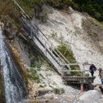 Schody na pláž u potoka Kieler Bach, který padá do moře malým vodopádem