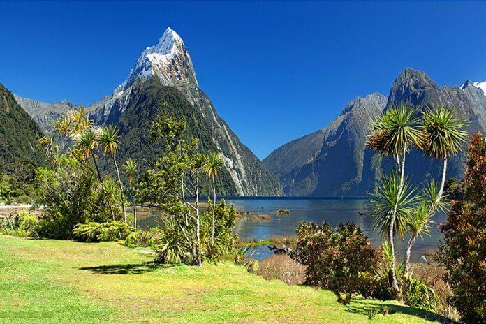 Milford Sound a Mitre Peak na Novém Zélandu