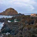 Porto Moniz - pohled na vulkanické útesy z promenády