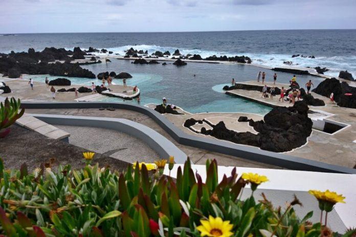 Koupání ve vulkanických přírodních bazénech v Porto Moniz